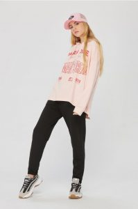 deportivas animal print con outfit oversize